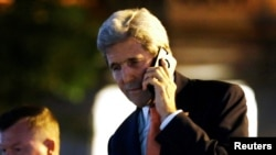 ລັດຖະມົນຕີການຕ່າງປະເທດ ທ່ານ John Kerry ລົມໂທລະສັບຫຼັງຈາກການເຈລະຈາ ກ່ຽວກັບ ຊີເຣຍ ຮອບທຳອິດໃນເມືອງ ໂລຊານ, ສວິດເຊີແລນ. 15 ຕຸລາ, 2016.