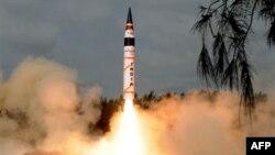 Na fotografiji indijskog ministarstva odbrane, vidi se raketa Agni-V kako poleće sa ostrva Viler na istočnoj obali Indije.