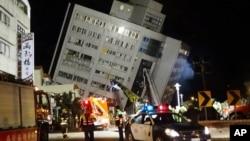 搜救人员继续搜寻被困在大楼里的幸存者(2018年2月7日)