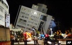 Nhân viên cứu hộ tìm cách cứu các nạn nhân bị kẹt trong các tòa nhà vào sáng 7/2/2018.