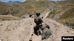 파키스탄과 아프가니스탄 국경지역에서 아프간 군인이 순찰을 돌고 있다. (자료사진)