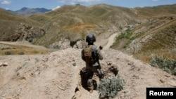 지난해 5월 아프가니스탄 군인 파키스탄과 국경 지역에서 경계 근무를 서고 있다. (자료사진)