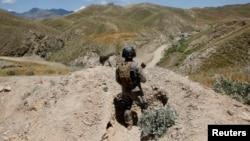 Polisi perbatasan Afghanistan melakukan patroli di dekat perbatasan Pakistan (foto: dok). Taliban menyerang akademi kepolisian di Khost, dekat perbatasan Pakistan (7/1).