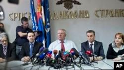 Воислав Шешель (в центре) на пресс-конференции в Белграде, Сербия. 31 марта 2016 г.
