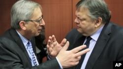 欧元集团主席容克(左)与希腊财长维尼泽洛斯2月9日在布鲁塞尔