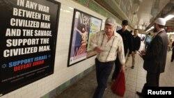 "Cyrus McGoldrick, anggota Dewan Hubungan Amerika-Islam (CAIR), melewati papan iklan bertuliskan ""Dukung Israel/Kalahkan Jihad"" di stasiun kereta api bawah tanah Times Square di New York."