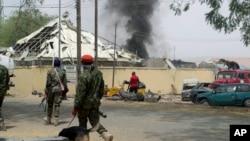 Binh lính Nigeria tuần tra bên ngoài khu vực vụ nổ ở Yola, Nigeria, ngày 25 tháng 2 năm 2016.