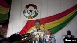 Carlos Gomes Junior ke jawabi ga magoya bayansa yayin da ya ke takarar Shugaban kasa na jamiyya mai mulkin Guinea-Bissau