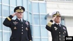 美國參謀長聯席會議主席鄧普西(左)和南韓聯合參謀本部總長崔潤喜上將(右)。(美國國防部圖片)