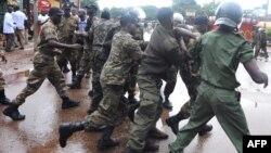 Des policiers chargent lors d'une manifestation à Conakry, Guinée, 28 septembre 2009.