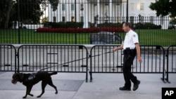 Un agente del Servicio Secreto vigila las inmediaciones de la Casa Blanca en Washington.