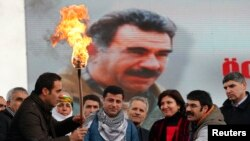 Para aktivis Kurdi melakukan unjuk rasa dengan membawa poster besar pemimpin PKK, Abdullah Ocalan (foto: dok).