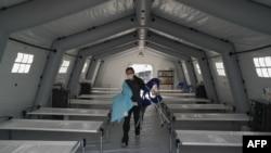 Волонтерка допоомагає облаштовувати польовий госпіталь у Нью-Йорку