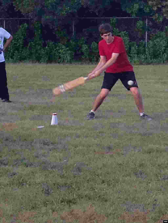 میزبان امریکی طالب علم آرمی پبلک اسکول کے طالب علموں کے ساتھ کرکٹ کھیلتے ہوئے