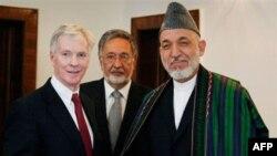 Президент Афганістану Гамід Карзай з американським послом Раєном Крокером (зліва)
