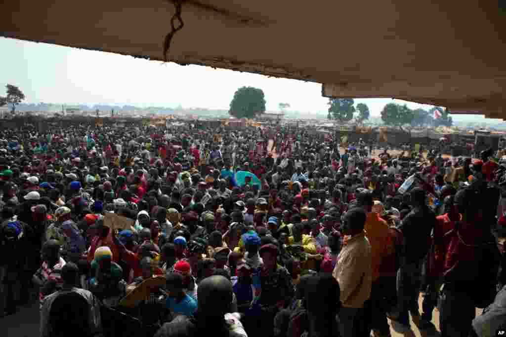 Deslocados esperam comida e mantimentos num ponto de distribuição montado num campo de refugiados no Aeroporto de Mpoko em Bangui, Jan. 7, 2014.