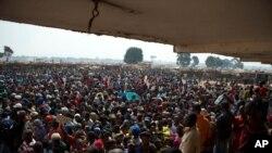 在中非共和國的班吉-姆波科機場的臨時營地內設立的救濟物資分發點,人群等待領取食物和物資。 (2014年1月7日)