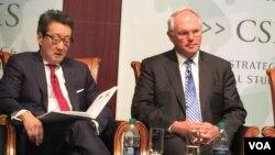前国安会亚洲事务主任车维德(左)与前美国朝核问题首席谈判代表、助理国务卿希尔大使(美国之音莉雅拍摄)