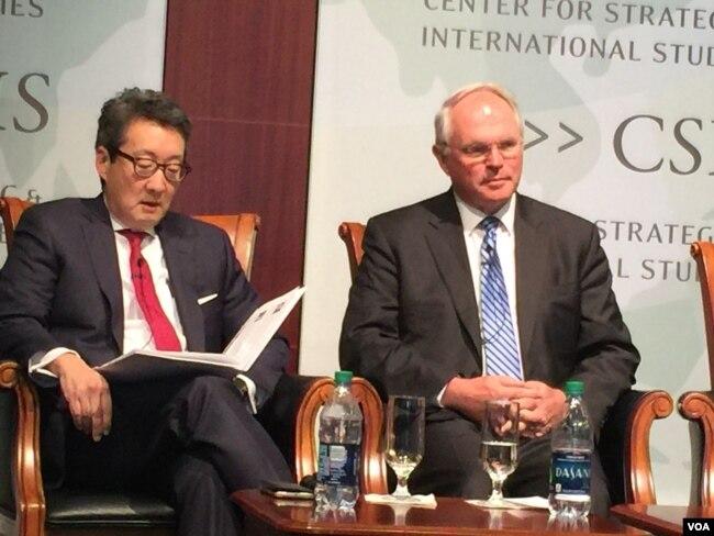 前國安會亞洲事務主任車維德(左)與前美國朝核問題首席談判代表、助理國務卿希爾大使(美國之音莉雅拍攝)