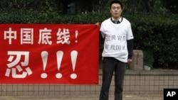 一名中国男子在菲律宾驻北京大使馆附近抗议并誓言捍卫中国主权(2012年5月11日)
