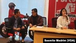 Direktur Eksekutif Amnesty Internasional Indonesia, Usman Hamid (tengah) dan Al Araf saat berdiskusi di DPP PSI, Rabu (29/5/2019) (foto: VOA/Sasmito Madrim)