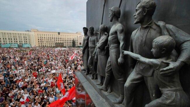 白俄罗斯抗议者在明斯克政府办公楼前举行大规模示威,要求总统卢卡申科下台。(2020年8月18日)