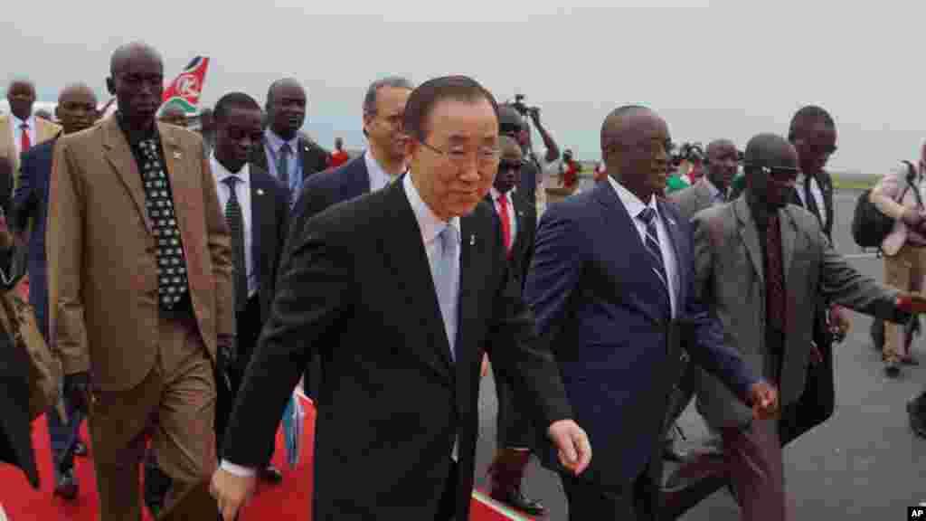 Le secrétaire général de l'ONU Ban Ki-moon, à son arrivée à Bujumbura,aux côtés du premier vice-président, Gaston Sindimwso, le 22 février 2016