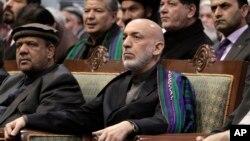 하미드 카르자이 아프가니스탄 대통령(가운데)이 24일 카불에서 열린 대부족장 회의, '로야 지르가'에 참석했다.