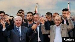 ညီညြတ္တဲ့အစုိးရတရပ္ ဖဲြ႔စည္းဖို႔ ပူးေပါင္းလိုက္ၾကတဲ့ Fatah နဲ႔ Hamas ေခါင္းေဆာင္မ်ား။ ဂါဇာ၊ ဧၿပီ ၂၃၊ ၂၀၁၄။