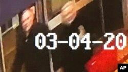 Hình ảnh người đàn ông và phụ nữ bị tình nghi do camera an ninh ghi lại tại Salisbury vào ngày 4/3/2018.