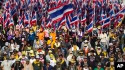 17일 태국 방콕의 반정부 시위대가 거리 행진을 벌이고 있다.