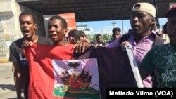 Mnifestan kont Prezidan Jovenel Moïse ki ak drapo nwa e wouj nan men yo nan Pòtoprens Foto: 18 novanm 2018.