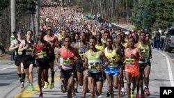 Les Éthiopiens Yemane Tsegay, au centre, et Deribe Robi, à droite sont premier dans une course à Hopkinton, lors du marathon de Boston, le 18 avril 2016.