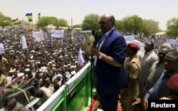 Sudanese President Omar Hassan al-Bashir addresses a crowd during a campaign rally in East Darfur, April 5, 2016.