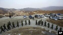 韩国军人12月23日在靶场演习后行军