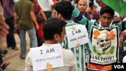 Para pendukung Anna Hazare ikut mendukung aksi mogok makan oleh pejuang anti-korupsi India itu.