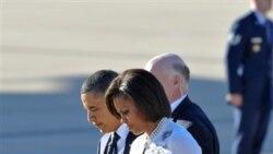 باراک اوباما و همسرش میشل اوباما در فرودگاهی در شهر توسان ایالت آریزونا - ۱۲ ژانویه ۲۰۱۰