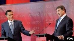 Los republicanos mayores de 65 años favorecen a Rick Perry (d), según una encuesta.