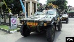Tank milik polisi untuk mengantisipasi aksi terorisme menjelang Lebaran di Solo, Jawa Tengah. (VOA/Yudha Satriawan)