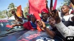 Người biểu tình xô xát với cảnh sát ở Port-au-Prince, Haiti, Thứ Năm 2/12/2010