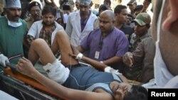 Một thành viên của lực lượng an ninh Ấn Ðộ bị thương được đưa đến bệnh viện tại Raipur, ngày 11/3/2014.