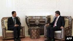 Міністр закордонних справ Туреччини Ахмет Давутоглу (праворуч) зустрічається з президентом Сирії Башаром аль-Асадом