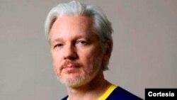 La canciller María Fernanda Espinosa confirmó que atendiendo un pedido de septiembre en el que Assange requería la nacionalidad ecuatoriana, el gobierno accedió en diciembre en cumplimiento de normas nacionales e internacionales.
