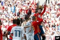 El español Gerard Piqué mete la mano durante la ronda de 16 partidos entre España y Rusia en la Copa Mundial de fútbol 2018 en el Estadio Luzhniki en Moscú, Rusia, el domingo 1 de julio de 2018. (AP Photo / Antonio Calanni)