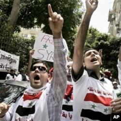 Des manifestants dénonçant les exactions en Syrie devant l'ambassade syrienne au Caire