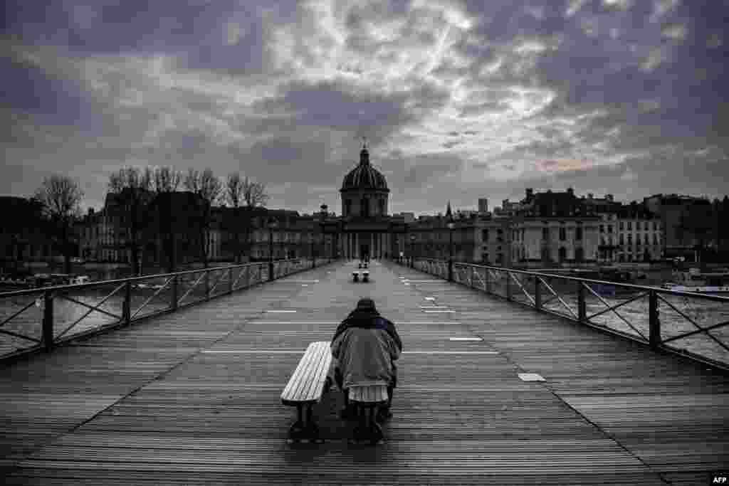 Parij markaziy ko'chalaridan biri. 17-mart, 2020-yil, Fransiya.