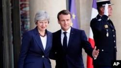 برطانیہ کی وزیراعظم تھریسا مے فرانس کے صدر کے ہمراہ اجلاس میں شرکت کے لئے آرہی ہیں۔ (فائل فوٹو)