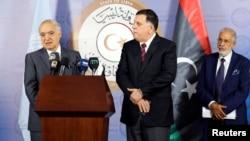 Le nouvel émissaire de l'ONU pour la Libye, Ghassan Salamé, à gauche, lors d'une conférence de presse aux côtés du Premier ministre du gouvernement libyen de l'accord national (GNA) Fayej Seraj, et ministre des affaires étrangères Taher Siala à Tripoli, L
