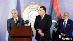 Le nouvel émissaire de l'ONU pour la Libye, Ghassan Salamé, à gauche, lors d'une conférence de presse aux côtés du Premier ministre du gouvernement libyen de l'accord national (GNA) Fayej Seraj, et ministre des affaires étrangères Taher Siala à Tripoli, le 5 août 2017.