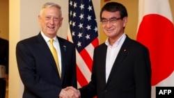 Američki sekretar za odbranu Džejms Matis rukuje se sa japanskim ministrom spoljnih poslova Tarom Konom u Ministarstvu spoljnih poslova u Tokiju, 29. juna 2018.